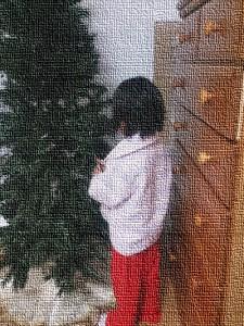 昨晩、22時過ぎからクリスマスツリーを出し始めた娘~子どもって、1度言い出すと止まらないですよね(笑)