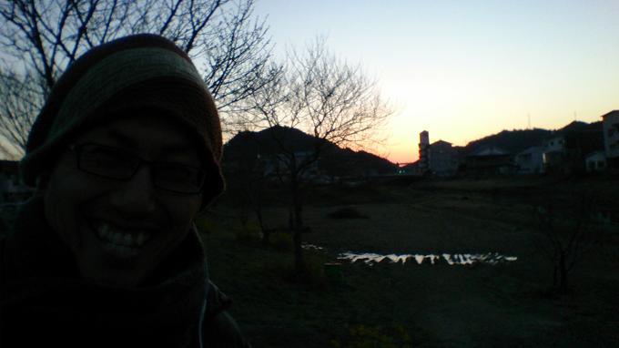 今朝、散歩しながらカシャ!~逆光でさっぱり見えない(笑)