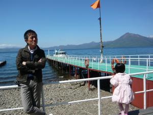 腕を組むおとうさん~去年の今ごろ(5月)、支笏湖にて