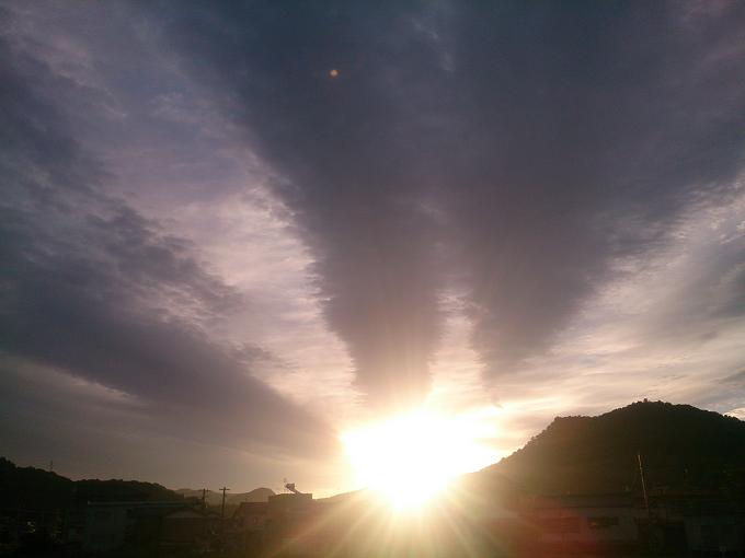 早く梅雨明けてくれないかな、こんな太陽が待ち遠しい