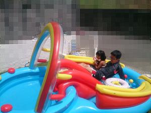 久しぶりに天気よかったので、宇宙船みたいな娘のプールで遊びました
