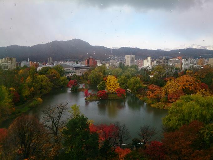 先日、初雪が札幌~紅葉がキレイな中島公園でした